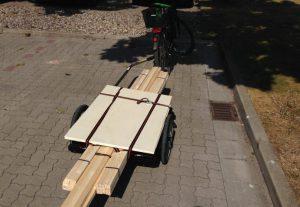 Materialeinkauf für den BikeCamper - natürlich mit Fahrrad und Anhänger