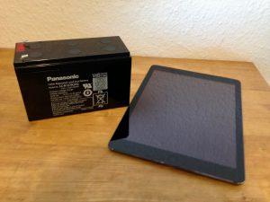 Fun-Fact: Die abgebildete 7,2 Ah Batterie bietet mit Ihrer nutzbaren Kapazität von ca. 60 Wh nicht einmal doppelt soviel, wie der Akku des iPad Air daneben mit 32 Wh. Dennoch wiegt sie mit 2500g etwa 5 mal soviel wie das iPad mit ca. 500g. Der Unterschied liegt in der Batterietechnologie (Blei-Gel vs. Li-Ionen) Es kann also durchaus Sinn machen, sein Tablet bei Sonne zu laden und als weiteren Speicher zu verwenden um somit mehr aus der PV-Anlage herauszuholen.