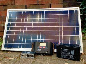 PV-Batterie-System bestehend aus einem 30 W PV-Modul, einer 7,2 Ah Batterie und dem Steca Laderegler PR1010
