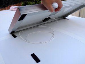 Photovoltaik-Anlage des BikeCampers wird mit Klettband befestigt. Somit kann das Modul bei Bedarf einfach zur Sonne Ausrichten.